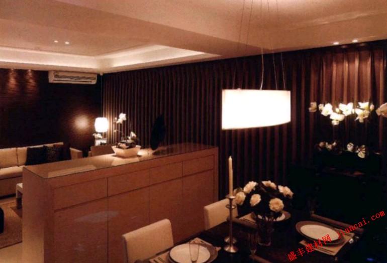 小户型空间的多功能性可以起到扩大视觉空间的作用,在这个开放式的家居设计中,餐厅和客厅仅用了一个矮墙进行了区隔,而这个矮墙其实是一个隐藏了门把手的柜子,因此还具有强大的收纳功能,十分巧妙。    餐厅的规划布置很是精致,桌上的烛台隐约透露着一股淡淡的欧式情怀,上房的长条状吊灯也别有一番韵味。黑色和白色的夹杂带来了醒目的对比之感。位于中间的矮墙隔断一面是电视墙,另一面是餐边柜,柜面还能作为展示区,实用性极强。