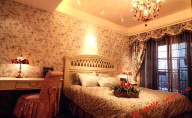 这是一个充满田园风格的居室设计,曼妙的鲜花元素运用到室内的各处,让人仿佛且身于花海之中,无论是床品还是墙头的壁纸,碎花图案带来了深深的清新和自然感。    整个居室洋溢着浓厚的浪漫气息,华丽晶莹的水晶灯以及精致优雅的家具,大大提升了空间的整体魅力。粉红色的椅子以及彩色的台灯也成为了一大装饰亮点,与安置在床品上的花卉相得益彰。