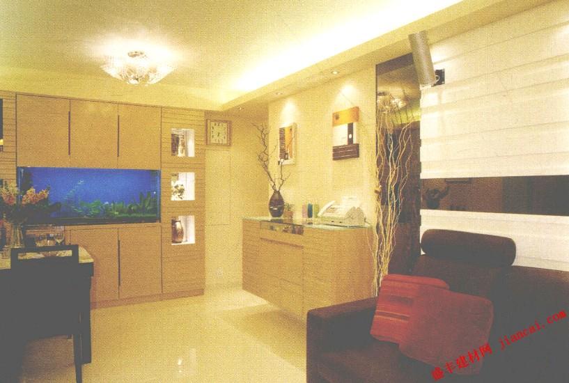 有时候,把旧房子改头换面变做新房,对设计师来说会更具挑战性及满足感。屋主一家四口对房子的要求是:希望室内的空间变得更实用,风格则以柔和、清淡为主。于是,设计师选以素雅为主题,利用天然直纹的橡木以及黑白色调,在素淡柔和的环境中,勾勒出空间的立体轮廓。    甫进室内,便可感觉到家的温暖、和谐的气氛。深蓝色的海底世界首先映入眼帘,原来是镶嵌在高身储物柜里的大鱼缸,储物柜两旁留空位摆放饰物,在射灯的作用下格外精美。餐桌选用简洁的深咖啡色胡桃木,配以云石桌面,感觉大方得体。客厅中咖啡色的L形皮沙发,与后面白色凹凸