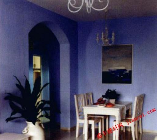 通往卧室的谈蓝色拱门将餐厅与客厅划分开来.