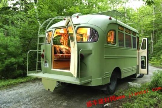 """温克尔曼建筑师通过结合建筑和设计,改造了一辆老式公车为微型移动住宅。 缅因州公车本来是一辆1959雪佛兰车,但现在它是一个完全适合居住和流动,还拥有一个时髦的新面貌的住宅。    缅因州巴士改造建成为一个可移动住宅。温克尔曼不得不重建几乎整个总线,当然所有的机械方面的改造还是维持原样。为了保持原汁原味的复古风格,他量身打造全新的身体部位替代原来的框架。尽管外观是漂亮的,内部却是复古的氛围。温克尔曼的客户有一个清晰的愿景,一个""""时髦,嬉皮士,摩洛哥的氛围""""。这反过来,给了一个新的,充"""