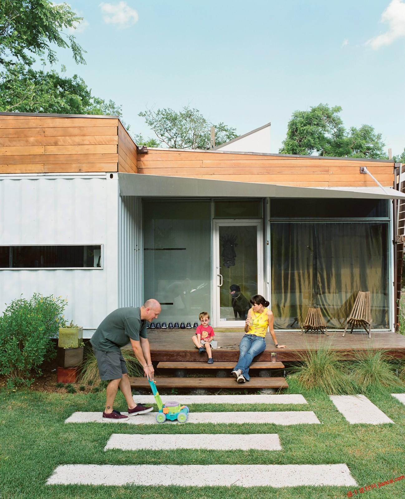我们的生活慢慢打开我们的眼睛,渴望看到绿色。这是一个全新的范围,可能有很多方式可以改变我们的生活,变得更好。存储集装箱房屋,只是一个例子。说到这,看一看这个可爱的房子。    这个房子是开发人员的凯蒂·尼克尔斯和约翰沃尔特随着架构师克里斯托弗·罗伯逊设计并建造的,这是一个由4个集装箱组成。它位于休斯顿市中心的郊区,这是一个非常鼓舞人心的项目。   项目的四个集装箱来自附近的港口。他们有三个40英尺高,形状像多维数据集。他们两个负责生活,吃饭和睡觉。第三个是略有升高,作为客人的小