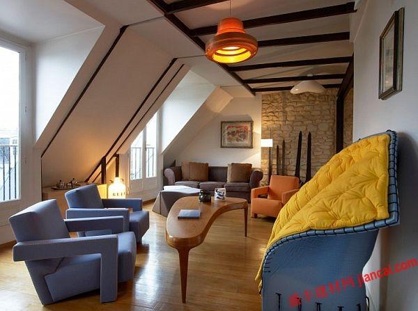 复式公寓,现在,它有两个卧室套房在一楼,两个家庭办公室和公共空间在