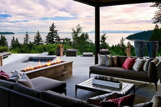 这个可俯瞰英吉利湾的住宅坐落在西温哥华,它包含了四个要素,在城市生活的喧嚣中营造出了宁静的居住方式。设计师克劳迪奥创造出了如此温暖的一个家,其中包括这迷人的室外露台,可以提供一个巨大舒适的休闲区域,有着包裹在石头内的当代线性壁炉,SPA池以及一个无边泳池。用火,空气,水和土这四个元素占据了整个空间。