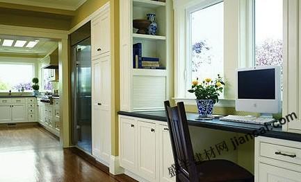 这款工作室内的飘窗设计采用了白色全体书橱连璧式规
