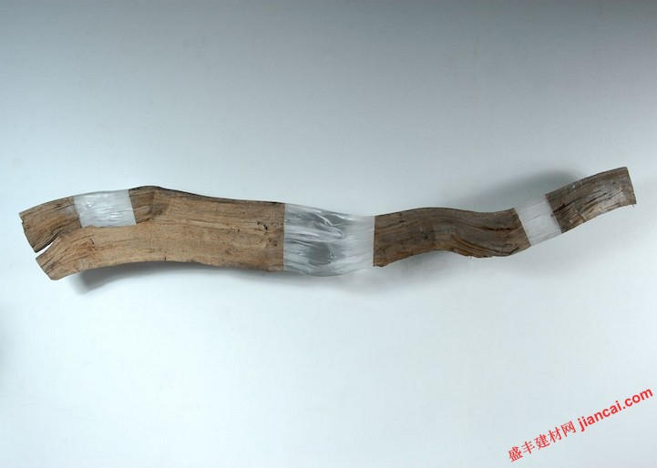 密木头或石头的组合处于与透明有机玻璃制造的材料