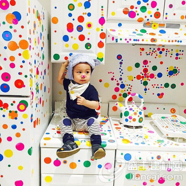 Yayoi Kusama的著名互动装置,名为Obliteration Room,刚刚来到大卫·茨维尔纳画廊,游客已经开始排队来争取机会把一个完全白色的房间变成五彩的颜色房间。步入一个普通的美国郊区房子,你会发现一个房间,里面满是完全白色的家具。周六的1300多名游客已经把彩色带圆点的贴纸贴在椅子,桌子和餐具上,甚至是一些盆栽植物。 Obliteration Room已经在澳大利亚的昆士兰现代艺术画廊展出过。它在2002年首次亮相于昆士兰美术馆的第四届亚太当代艺术展。在敦的泰特美术馆在2012