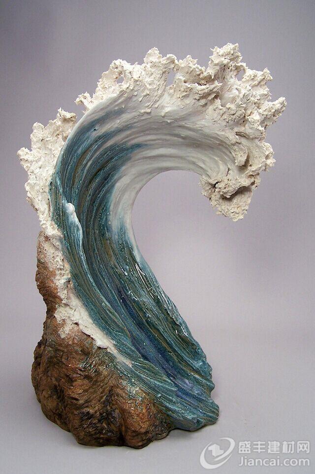 """粘土创造她最初的作品。她的陶瓷雕塑类似于美丽上升的白色波浪。 目前她在哥伦布文化艺术中心教制陶术和雕刻。她的作品都是围绕着大自然的神秘和美丽。 """"天然粘土作为原料是地球的一份礼物。泥塑是一种对那份礼物的致敬。我作品的灵感一直来自自然世界的森林、植物、岩石、海洋和动物。但我们是否在帮助或阻碍事物的自然秩序?我继续思考这个问题,所有的东西都有一种精神,值得我们尊重。"""""""