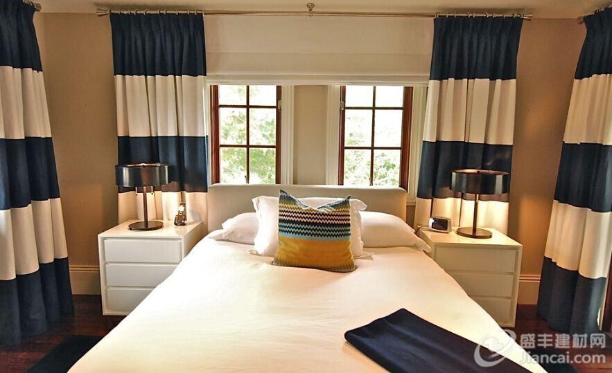 横条纹在某些情况下可以让房间看起来更大,但这仅仅是一个个人喜好问题。 当使用横条纹的窗帘时,颜色组合是非常重要的。你想要窗帘脱颖而出,但不会压倒整个装饰。 颜色的选择要根据房间的功能。例如,为卧室选择中性色,颜色不会打扰眼睛并和房间的其他室内设计相匹配。 青绿色的窗帘尤其具有吸引力,由于我们在讨论条纹,把这种精致的颜色与白色或乳白色结合来打造一个清新的外观。 深色和浅色的对比是强烈的,但也是优雅和永恒的。它不必是常见的黑色和白色的组合。所以试试其他类似的组合。