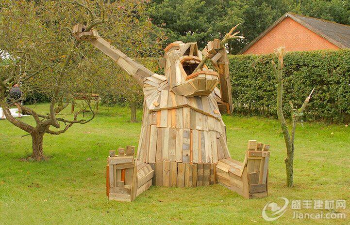 由废木头和回收材料制成的巨大的神话生物雕塑