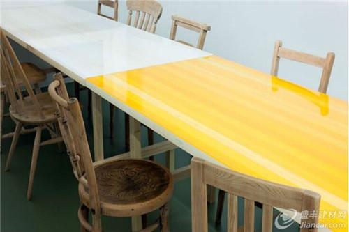 彩色树脂桌子