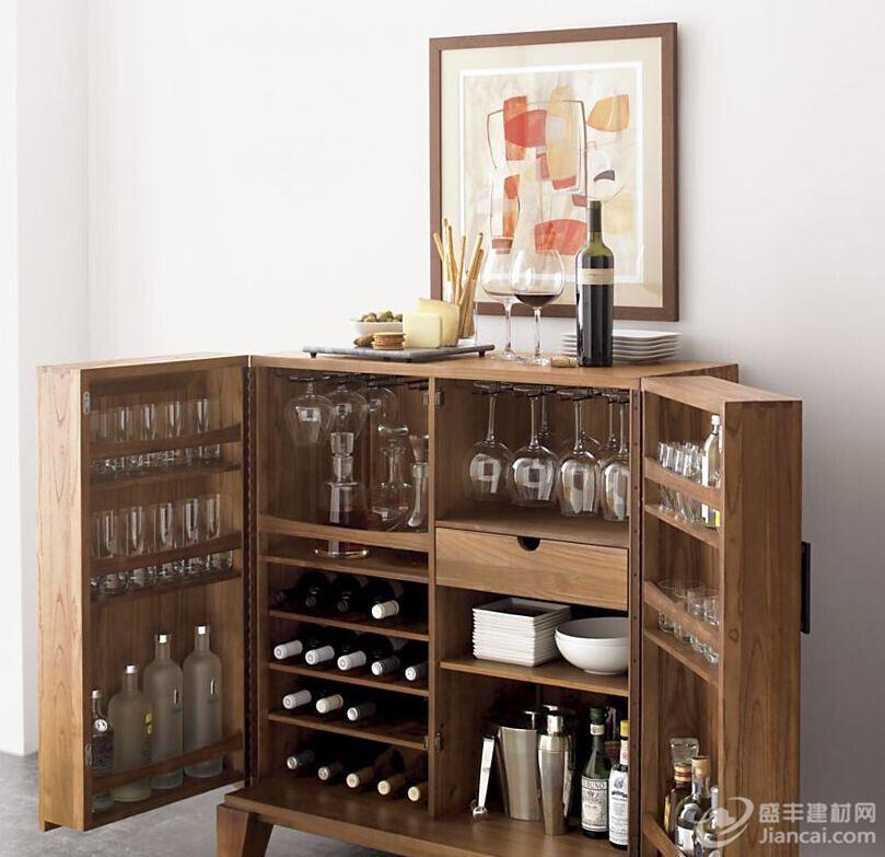Steamer 酒吧柜有一个优雅的设计,灵感来自于古董