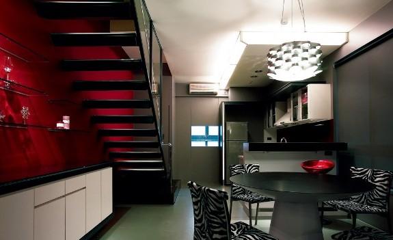 每一阶楼梯以立体三角形包覆内含灯具,向上延伸,转移视觉焦点,制造有