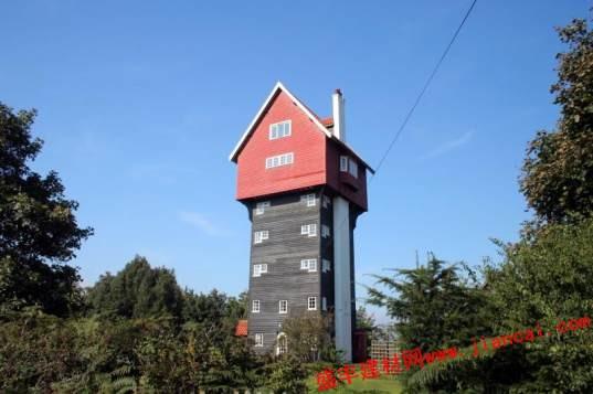 设计师的设计方案是不改变原有水塔的外表,而是在内部进行修饰改造.