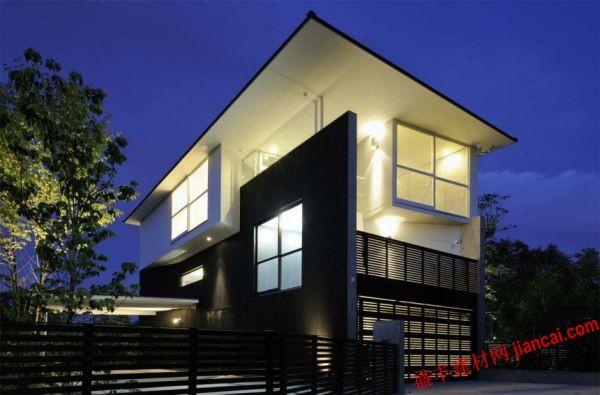這就是所謂的家,由工作室Boronski設計。如果你仔細看看它你會驚嘆這個建筑。這個建筑建造在一處俯瞰群山的地方。你會在一樓發現餐廳和廚房區域,甚至在一樓也有坐的地方。所有這些房間的前面有一個花園,這 了一個罕見的美麗的房子。   房子的外面部分有一個白色的石膏和香柏木板材料是一個傳統的裝飾方式。這是一個非常美麗的和現代的房子,它有一個非常好的設計,無論是外觀設計以及室內裝飾。每個房間都有一個特定的外觀,不同的氣氛和裝飾,但他們都共同之處是現代和簡單的風格。