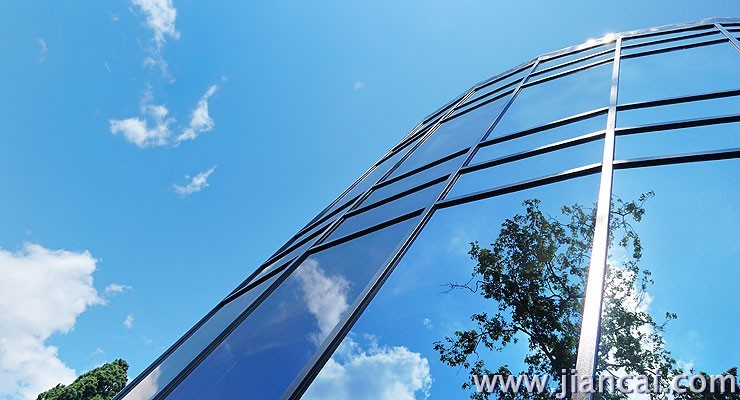 反射玻璃是在无尘真空的环境下使用溅镀法,让一般玻璃经镀膜加工,在平板玻璃表面涂覆金属氧化物薄膜制成的。薄膜包括金、银、铜、铝、铬、镍、铁等金属及其氧化物镀膜方法有热解法、真空溅射法、化学浸渍法、气相沉积法、电浮法等。    一、反射玻璃分成全反射和半反射2种   反射玻璃其金属镀膜为半透明物,遇光反射效果就如镜子般,所以说在光亮的一面看是镜子,反之,在阴暗面看则是不很透明的玻璃。   二、反射玻璃特性   1、因隔热性高,室内温度可以稍微调降、节省空调使用量。   2、可防止阳光直射,让起居室舒适清爽