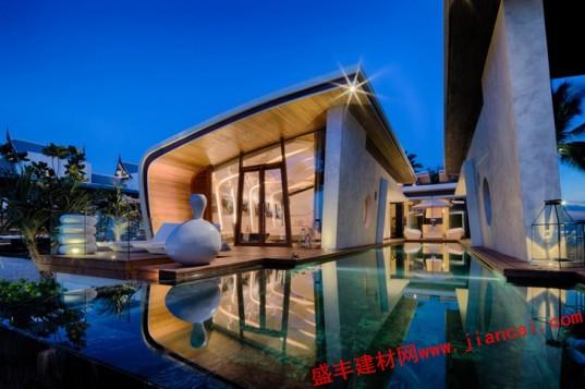 美丽的海滨别墅是度假天堂,其灵感来自海滩本身。由A-CERO设计,婀娜的撤退 了两个别墅附近的大海的波涛为蓝本起伏的线条。位于泰国的城普吉岛,创造了豪华的客房,强调自然光的亲和,让客人感觉好像他们是在沙滩上,而不是在他们的客房。   该海滨别墅的形状独特客房都覆盖着田园诗般的海滩,从地板到天花板的玻璃幕墙。玻璃墙十分透明让客人在室内的舒适睡眠没有被外界隔离的感觉。深木 遮荫和隐私,以及丰富的木质阳台配备躺椅是放松身心的理想场所。再往下一个木楼梯直接引导客人前往海滩。   客房内设有对比线,一个垂直的图案与