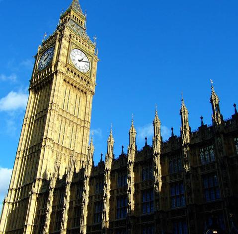 """4米,西北有一个大钟塔,高100.3米,挂着13 吨重的""""大本钟""""."""