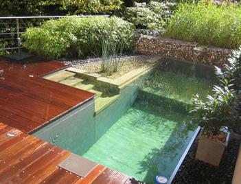 中庭游泳池的户外木甲板设计