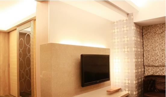 交疊設計的電視墻,帶出客廳空間的大器質感.