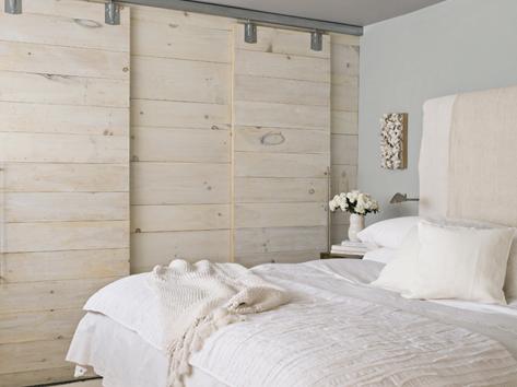 绿色曲木摇椅,拉菲的床头板,床上丝绸用品和亚麻布枕,给人舒适的