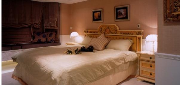 宫廷中的华丽雕刻线条,配上钉扣的绷布床头板,粉红色的床头主墙,浓厚图片