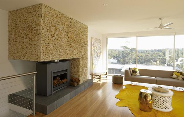二楼是特别设计的,门的主要材料是细横木板,而在底部框的粗框只是涂成白色。第三个主要的材料,主要是窗户、门和栏杆。设计设想以最低限度地影响自然环境。灌木和乡土树种,如山龙眼和千层在很大程度上保存下来,所以房子都被茂盛的植物所包围。在客厅,壁炉壁覆盖有不同的形状和大小的石头,给它一个很自然的外观和手感。内饰设计很舒适,都是使用温暖和阳光充足的颜色和材料。