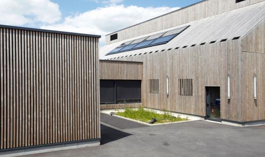 法国一所木材包围的幼儿园
