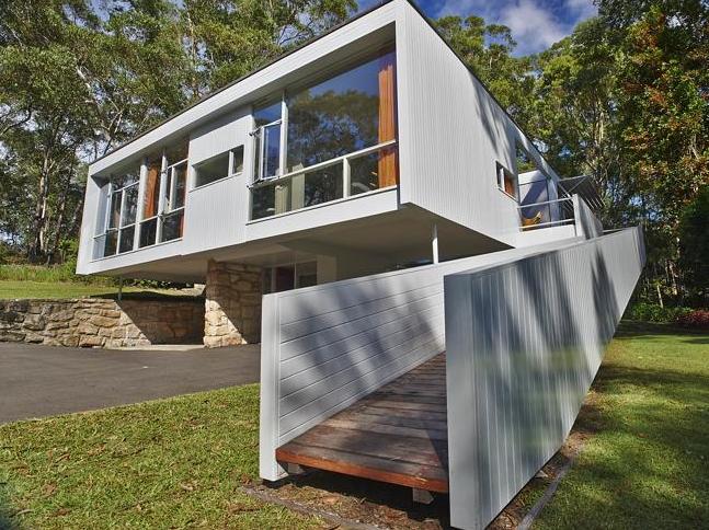 建筑師哈里·賽德勒是澳大利亞建筑設計的靈魂人物,在早期就設計了很多代表性的房子。不僅是房子外觀的設計美觀大方,室內的家具和裝飾一樣成為了澳大利亞中世紀的重要代表。   哈里·賽德勒在十九世紀四十年代末,設計了一個玫瑰花園般的房子,房子外部的主色調是白色,整體看上去就像是立于空中的小花園。房子采用了大量的鏤空設計,增加了房子的空間,同時也使房子有一個開闊的視野。在房子外側,還有一天白色的木梯通往二樓,就如同通往空中花園的階梯。在室內客廳,擺放了圓形的木桌和藤椅,可以輕松的體會置身