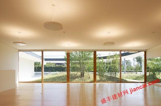 随着经济水平的提高,人们对生活的追求上升,很多的家长都会送孩子去学习舞蹈、钢琴、二胡、小提琴、毛笔字、绘画等等,希望自己的孩子多才多艺,以后的人生道路更加的顺利。 这里有一间舞蹈室。舞蹈室非常的空旷,地板上使用的是木材制造的。天花板和墙壁都是白色的,在天花板垂落下来的圆形的吊灯照耀下,天花板会反射出地板的颜色。