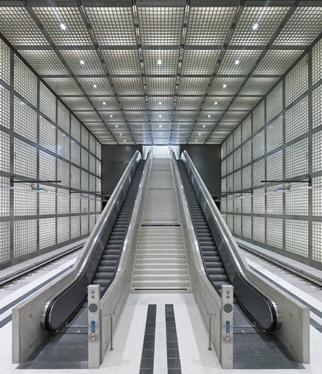发光玻璃砖环绕广场地铁站