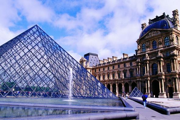 法国卢浮宫前的水晶金字塔