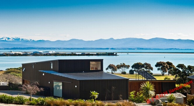 展示的现代住宅外观。这是在新西兰的房屋。由克尔·里奇创造了这个房子。他称这个房子作为纳尔逊家.,是一个美妙,令人印象深刻的外和内饰设计会让你觉得舒适。这是好房子为您的家庭。你还在等什么呢?让我们来看看这所房子。   可以看到美丽的海景,当你在外面。设计房子是橡树棕色的颜色,是如此的美丽。在这所房子里的一些玻璃透明窗口让你可以看到外面的景色。无论如何,这家拥有绿色庭院的清新和舒适。这是很好的美化现代住宅计划为您的孩子。看到门廊。木制的桌椅已经准备好周围的木桌上。