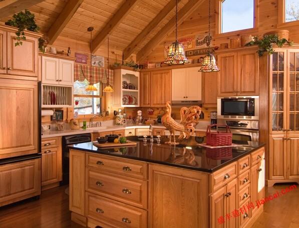 小木屋厨房不能很好地为他们的风格和美感。更常见的设计是功能性,而不是漂亮的,你会发现很基本的厨房是什么,否则完全现代和高档住宅。如果你的小木屋厨房可以用改头换面,也可能是时间上的重新设计。这里有一间小木屋的厨房,可以永远改变你的过去想法。   使其成为聚会空间   如果你的小木屋里有一个厨房,厨房是开放到堂屋,有利于把它作为一个聚会的空间,用餐区和娱乐中心。做到这一点的最好办法是增加一个计数器,一个吧台,可以理解为一种食品准备和进食的空间。吧台也是一个很好的解决方案,选择不参与周围的柜台凳子,可以给你急需
