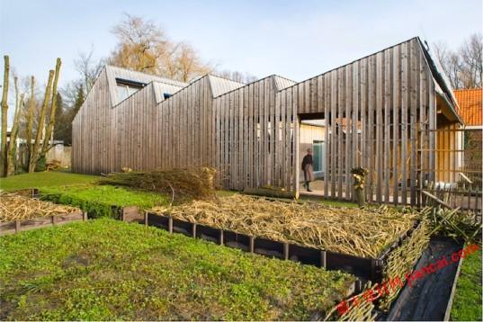 预制木结构是由一个引人注目的锯齿形屋顶的突破