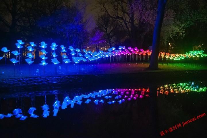 创造了在自由飞翔的灯光蝴蝶,辐射出数以百计的悬停在地面之上的蝴蝶.