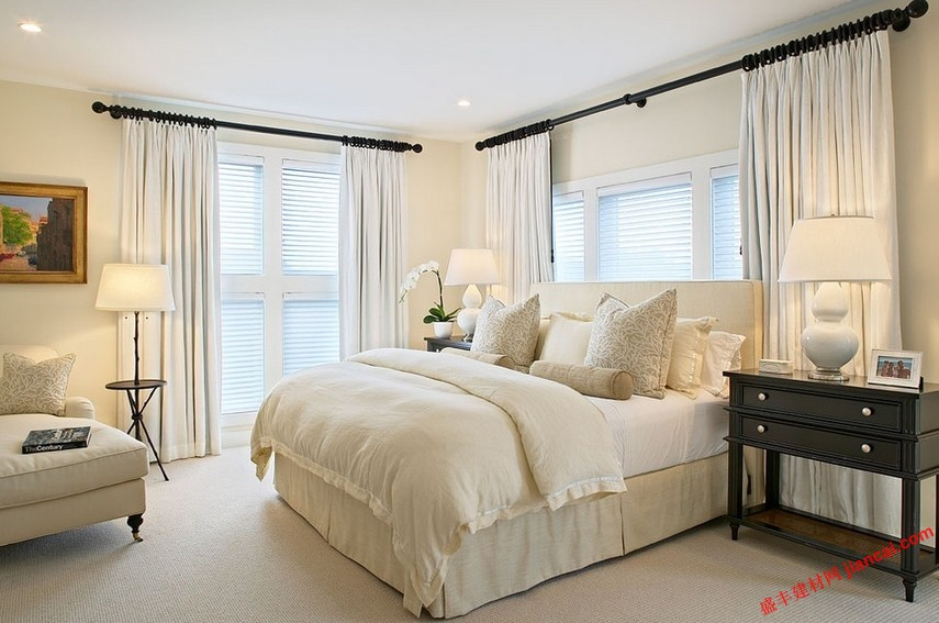 窗帘对于卧室设计表现应该是这样的,有利于增强房间的外观,并给予舒适的感觉在同一时间。了解更多关于不同类型的窗帘想法,对于卧室是很好的帮助。窗帘的想法在很大程度上取决于门窗的大小和样式。哪些必须牢记,而选择合适的窗帘为你的卧室,注意其他因素。   你必须决定你想要在卧室里的光量。最重要的是,窗帘应该给你隐私的感觉,当你在卧室里。如果你是生活在农村,那么你的房子不是很近。但在一个城市,卧室的私密性是一个重要的因素不能忽视。对于小窗口 ,您可以使用长,挂窗帘,扩展小窗口的下部位置。其结果是,窗口的大小得到覆盖,