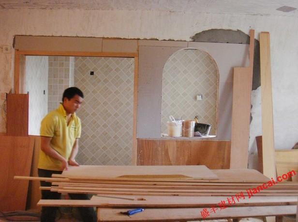 弧形窗边缘营造柔和的外观和感觉。传统的窗口结构特点所涵盖的木质装饰和木质窗台方形窗框。 如果你一直在寻找一些新建成的房屋,但是,你可能已经看到了窗户弧形墙角落。 这就是所谓的圆角或总结返回窗口的安装,并通过使用特殊的石膏板加工技术和材料来完成的。 如果你熟悉基本的石膏板的安装,你可以用圆形的吸引力完成你的窗户。