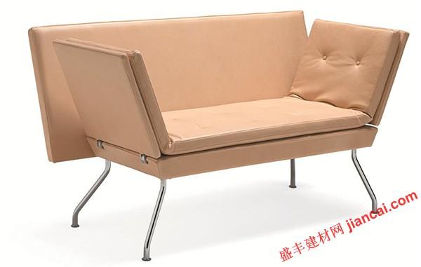 用一个时髦的复古魅力,准备为沙发和板凳风暴融入你的客厅或客人卧室。 这种复古风格的作品,由比尔格-达卢夫为原图设计的圆滑线条,完全达到了在目前的设计风格。 可在抛光镀铬来突出复古的氛围或哑光粉末涂层银,一个更柔和的效果沙发的钢管腿。    苗条的板凳垫折叠出来转变成一种多功能工作台或休息室。苗条的板凳式坐垫有两排簇绒,使得一个方便的地方坐下或轻松的工作,作为一个沙发床供客人使用。 在不使用时作为床或一张凳子,每一端都可以独立在一个单一的运动折叠和锁定为不同角度,四个不同的位置。 该A沙发和板凳将来自一台平