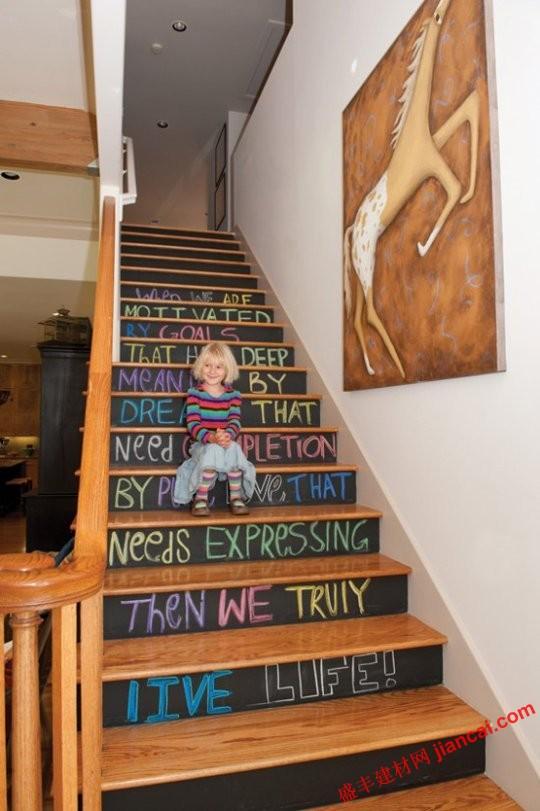 不幸的是,我们没有任何楼梯装饰在我们的房子,或者我会遍布创造某种独特的,美丽的通道。我们已经看到了一些想法,装饰你的楼梯前,但这些改头换面的工作非常适合孩子和 一样。如果您有访问儿童区的楼梯间,或者如果你只是想使你的主楼梯多一点异想天开,这里的一些灵感。   1,黑板楼梯 。绘画每一个步骤与黑板漆的脸,使你的楼梯,可以任你选择经常更改为艺术品的地方。或者,其全部清除一个干净的外观。