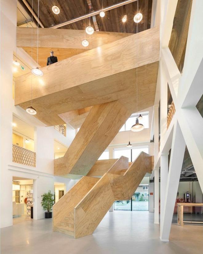"""木楼梯登高这个办公室装修,在荷兰小镇的大堂霍夫多普由总部位于阿姆斯特丹的建筑师。商业地产在荷兰被装修由建筑师团队和开幕在2013年。 据转型的秘诀是 """"垂直的大堂设有开放式的楼梯,人们面对面交流,一个空间,带来的人在一起无论是名副其实。我们的空间。这是我们为在建筑的心脏这个公共区域名称。它带来的人在一起的地方。具体的楼层,我们刻了14米高的空隙,里面一个巨大的楼梯,穿过虚空切对角线,因为它使得它的方式向上,连接不同楼层之间的矛盾。"""""""