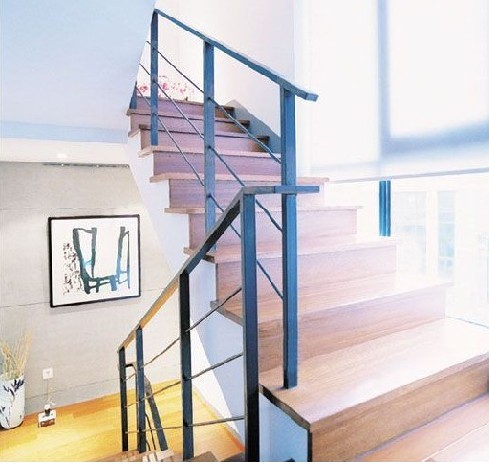 楼梯扶手最好做成圆弧形,不要有太尖锐的棱角,楼梯踏板可选用木地板