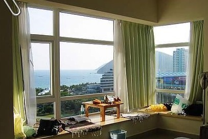 如果飘窗属于大型转角的,先按窗台的尺寸定做一个薄薄的布艺坐垫